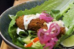 Falafel i salladsblad Falafel, Healthy Recipes, Healthy Food, Tacos, Mexican, Vegetarian, Lunch, Ethnic Recipes, Frases
