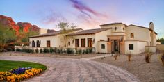 A palavra hacienda pode ser traduzida como fazenda ou propriedade rural, esse estilo de casa rural muito utilizado nos Estados Unido...