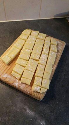 100 gr slagroom. 400 witte chocola. Rasp van 1 limoen. sap van 1 limoen. Hiervan maak je een ganache. Stort de ganache in een met plastic folie ingepakt blik/schaal. (ik heb een brownie schaal gebruikt) en laat dit in de koelkast opstijven. Smelt vervolgens nog ong 100 gr witte chocolade en verdeel dit over 1 kant van de plak. Laat dit hardt worden en draai de plak dan om. ( de chocolade kant is de onderkant.) snij de plak in stukjes en bestrooi lichtjes met poedersuiker