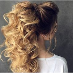 Wavy curly hair is every girl's dream. Wavy hair falling on the shoulder that will look very beautiful. Curly hairstyles can reduce the length of long hair. Ponytail Hairstyles, Pretty Hairstyles, Wedding Hairstyles, Updo, Fashion Hairstyles, Long Wavy Hair, Bridesmaid Hair, Hair Dos, Gorgeous Hair