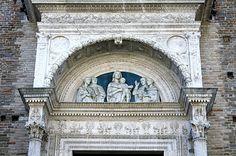 Urbino. Església de San Domenico. Timpà amb una obra (copia) de Luca della Robbia
