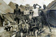 Soldados brasileiros aproveitam o tempo livre para beber uma cervejinha. Itália, 1945.
