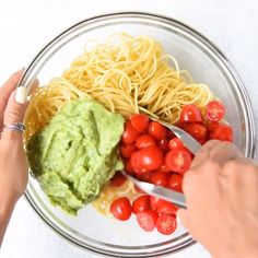 This vegan pasta recipe is so satisfying in all the feel-good ways. It is so creamy, filly, fresh, and flavorful. Super easy to make and even the kids will love it. food videos for dinner easy kids VEGAN SPINACH AVOCADO PASTA Healthy Meal Prep, Dinner Healthy, Easy Vegan Lunch, Vegan Meal Plans, Keto Meal, Keto Dinner, Healthy Nutrition, Vegan Dinners, Italian Dinners