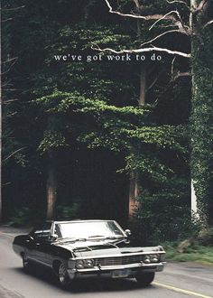 Whoever said cars aren't sexy, take a look at the 67 Impala… with Dean Winchester. Supernatural Impala, Supernatural Wallpaper, Supernatural Bloopers, Supernatural Tattoo, Supernatural Imagines, Supernatural Background, Supernatural Pictures, Supernatural Poster, Supernatural Drawings