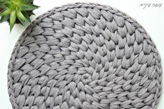 עושה עיניים - איך לסרוג שטיח איקסים מפוצלים בחוטי טריקו - Crochet round waistcoat cross stitch rug pattern