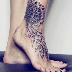 Tatuaje de mandala en el tobillo