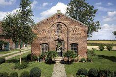 Der alte Schweinestall wurde zur Orangerie umgebaut. Die Bauherren ließen alle Fenster und Türen des Stalles an Ort und Stelle. Dach und Dachboden wurden abgetragen. ©raum
