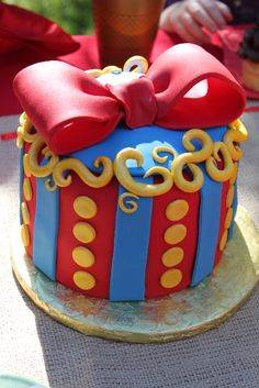 Sweet Snow White Cake. Site also his wonderful ideas for throwing a Snow White birthday party!!