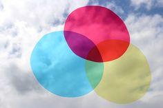 Je continue avec mes histoires et activités aux couleurs de l'arc-en-ciel. J'ai réalisé, il y a un moment déjà, trois cercles colorés à coller sur les fenêtres pour jouer avec les couleurs et la lumière. C'est une petite activité Montessori toute simple qui permet de manipuler les couleurs, les observer, les mélanger, en découvrir de nouvelles. Poupette est désormais plus que calée sur les couleurs mais ce petit jeu lui plait toujours autant! MATÉRIEL UTILISÉ: · Protèges cahiers transparents... Le Morse, Animation, Celestial, Abstract, Artwork, Moment, Colour, Pop, Simple