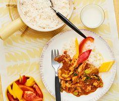 En mustig kycklinggryta som tillagas i ett nafs och smakar ljuvligt. Den möra kycklingfilén får puttra i en tomatsås med smak av basilika, med extra skjuts av timjan och purjolök. Servera grytan med fluffigt ris och en färgsprakande paprikasallad. Häll upp något gott att dricka och njut!