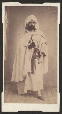 Fotografías Personales: Retrato de estudio de Ricardo Orueta disfrazado. Copia a la albúmina. http://aleph.csic.es/F?func=find-c&ccl_term=SYS%3D000125538&local_base=ARCHIVOS