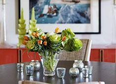 centre de table floral composé de tulipes orange, hortensia blanc et chou d'ornement