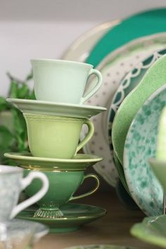mint green, spring green, leaf green - love these tea cups Color Palate, Pretty Green, Spring Green, Shades Of Green, My Favorite Color, Green Colors, Color Inspiration, A Table, Tea Time