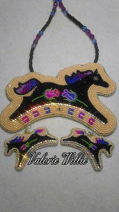 Black horse rose set❤❤❤❤ Native Beading Patterns, Beadwork Designs, Loom Patterns, Beaded Earrings Native, Beaded Jewelry, Beaded Necklace, Beaded Bracelets, Necklaces, Indian Beadwork