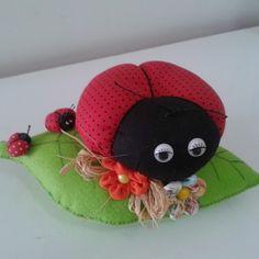 Christmas Teddy Bear, Fashion Sewing, Pin Cushions, Fabric Flowers, Ladybug, Christmas Crafts, Daisy, Crochet Hats, Diy Crafts