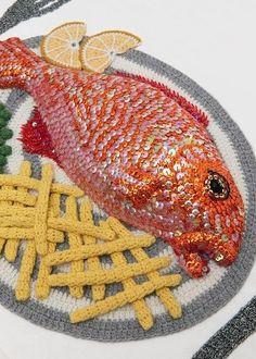 1 Art Kate Jenkins Crochet Nouriture Food MaxiTendance com Crocheted Art by Kate Jenkins: Fast Food Dishes and Hook Art Au Crochet, Crochet Fish, Crochet Crafts, Crochet Dolls, Crochet Projects, Knit Crochet, Food Crafts, Kids Crafts, Confection Au Crochet