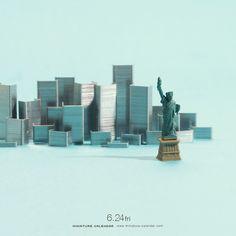 Tatsuya Tanaka, a creative Japanese artists, has created many miniature dioramas from common things in daily life. Miniature Calendar, Foto Fun, Miniature Photography, Tiny World, Japanese Artists, Everyday Objects, Macro Photography, Amazing Art, Street Art