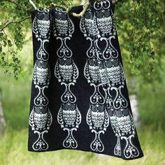 Owl besticht durch ein verspieltes Eulenmuster. Diese exklusive Klippan-Decke aus 100% ökologischer Lammwolle wurde von der schwedischen Designerin Helena Hedström entworfen, und von Klippans Yllefabrik - einer Traditionsmarke aus Schweden, die für ihre Decken weltweit bekannt ist - hergestellt.