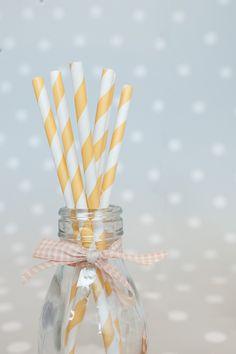 Decoración de fiestas. Botellitas de cristal. Cintas de tela imprescindibles. Pajitas de papel rayas amarillas.