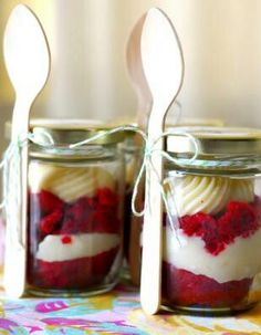 its a red velvet cake cupcake in a mini mason jar .I wanna try this. Usually don't live red velvet cake Velvet Cupcakes, Velvet Cake, Red Velvet, Velvet Cream, Just Desserts, Delicious Desserts, Dessert Recipes, Yummy Food, Jar Recipes