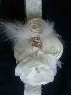 Flores de cinta, tela y plumas.