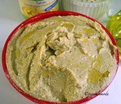 Cibi di casa: Hummus, sempre hummus.  Trovare il posto giusto per l'hummus all'interno di un ipotetico menù nostrano è arduo.   Sistemarlo genericamente tra gli antipasti, mi sembra riduttivo. Una cosa è certa: sta bene a tavola, come il sale, l'olio o il pane, dall'inizio alla fine. Si può cominciare intingendovi delle verdure crude, continuare accanto alla carne con una foglia di insalata e finire con l'ultima crosta di pane. Sicuramente non stanca mai.