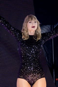 Taylor Swift performs onstage during the Reputation Stadium Tour at Soldier Field on June 2018 in Chicago, Illinois. Taylor Swift Vestidos, Taylor Swift Repuation, Long Live Taylor Swift, Taylor Swift Outfits, Taylor Swift Pictures, Taylor Swift Tumblr, Swift Photo, In Pantyhose, Fans