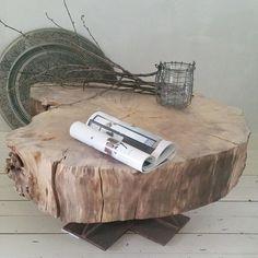 Hoe stoer is deze salontafel van een boomschijf met een doorsnede van maar liefst 85cm en een stalen voet. #BoxWorx #wonen #interieur #interior #home #living #webshop #hout #wood #nature #naturel #natural #boomschijf #meubels #landelijk #industrieel #industrial #inrichting #style #styling #salontafel