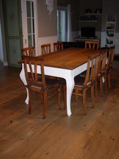 Tavolo in noce con gamba sagomata. Basamento bianco e piano con finitura opaca. #englishstyletable #table #tavolostileinglese #italianfurniture #italiantable #woodentable