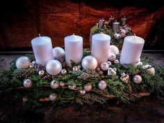 Damit die gute Stube zum Festsaal wird  #Adventsgesteck   #Kerzen   #Fries   #weiß   #Floristik  EBK-Blumenmönche Blumenhaus – Google+