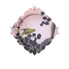 Assiette & Cadre Passereau - Ibride - Avec la collection d'assiettes-cadres Le Triptyque du Parc, Ibride signe un trio d'objets fonctionnels et décoratifs qui trouvent leur origine dans une atmosphère romantique. Illustrées par Rachel Convers, ces assiettes design rose dévoilent un style néo-baroque où les éléments de nature (oiseau et plantes) côtoient une sculpture classique. À utiliser sur la table ou à accrocher au mur, voici de quoi intégrer dans votre intérieur un esprit plein de…