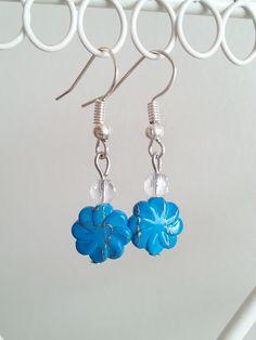 Boucles d'oreilles agrémentées d'une perle translucide et d'une perle fleur bleue à filets dorés : Boucles d'oreille par d-un-reve-une-creation