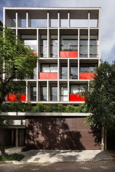 Construido por Smart! Lifestyle + Design en Porto Alegre, Brazil con fecha 2014. Imagenes por Marcelo Donadussi. El Germano 508 se inspira en los hoteles boutique, donde la identidad del espacio es al mismo tiempo lo suficientemen...