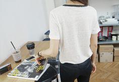 Today's Hot Pick :撞色镶边透气T恤 http://fashionstylep.com/P0000UKK/elevenam/out 烦躁的夏日,放慢你的脚步,细细品味触手可及的亚麻魅力!纯净大地色系搭配立体剪裁,微透视的面料做略宽松处理,让每一寸肌肤都可以在穿着中感受空气的抚摸~撞色镶边打破YY的宁静格调,欢快俏皮不显沉闷,大力推荐哦! ★搭配推荐★修身小脚裤/帆布鞋 -撞色镶边 -宽松 -3色