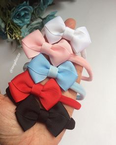 Nenhum texto alternativo automático disponível. Baby Binky, Baby Bows, Baby Headbands, Easy Hair Bows, Bow Hair Clips, Kanzashi, Bow Design, Headband Hairstyles, Baby Accessories