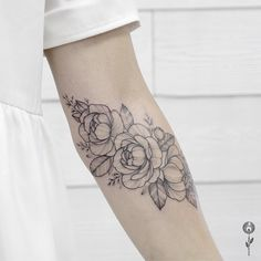 Очень нежненько получилось #inkedlife#tattooist#inkedgirls#tattooparis#tttpublishing#tattooinspiration#tattooideas#btattooidea#girlstattoo#cutetattoo#annabravo#floraltattoo#tattoodoo#tattooart#btattooing#dotwork#tattrx#blackink#blacktattooart#inked#tatouage#equilattera