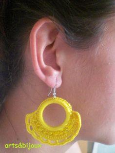 Pendiente en aro amarillo con perlitas a juego
