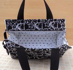 Tuto couture PDF patrons et explications du sac Capucine 3 tailles DIY Fabric Handbags, Fabric Bags, Tote Handbags, Bag Quilt, Pre Quilted Fabric, Ruffles Bag, Handbag Tutorial, Sewing Online, Diy Bags Purses