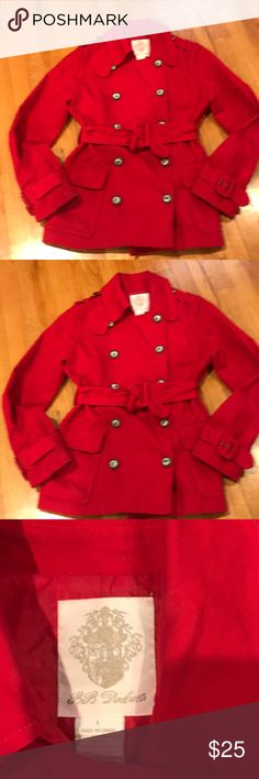 EUC GREAT RED SHORT TRENCH COAT BY BB DAKOTA I LOVE RED! ADDS JUST THE RIGHT TOUCH TO AN OTHERWISE BLACK WARDROBE . THIS ONE IS I. GREAT SHAPE - LOVE THE BUTTONS AND THE TWO FRONT POCKETS - LOOKS GREAT WITH ANYTHING - REALLY AND SPRING IS COMING- PRICE IS PERFECT BB Dakota Jackets & Coats Trench Coats