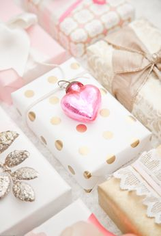 (A través de CASA REINAL) >>>>  boxwood clippings: pink and gold gift wrap for Valentines Day