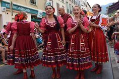 https://flic.kr/p/KnxMuD | 74ème Festival Folklorique International Danses et Musiques du Monde | N'hésitez pas à consulter notre site internet www.tourisme-amelie.com  Dès le début du 20° siècle et notamment lors des fêtes du Carnaval, un groupe de jeunes gens et de jeunes filles exécutait dans les rues de la ville des danses folkloriques catalanes.  Jean TRESCASES, fondateur des Danseurs catalans d'Amélie les bains en 1935, créa en 1936 un festival folklorique des provinces françaises.  Et…