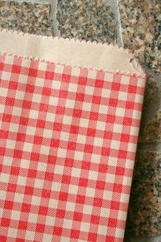 Satz von 50 - rot karierte flache Ware Papiersäcke - 8,5 x 11 Zoll - Geschenke, Verpackung, Einzelhandel von InTheClear auf Etsy https://www.etsy.com/de/listing/86182013/satz-von-50-rot-karierte-flache-ware