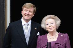 El rey Guillermo Alejandro de Holanda junto a su madre la Reina Beatriz saludan desde el balcón del Palacio Real  luego de la Ceremonía de Abdicación de la reina Beatriz el 30 de abril de 2013.