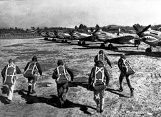 Flying Tiger pilots running to their P-40 fighters towards a raid.