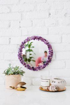 Faça você mesmo um espelho com moldura de cristais: https://www.casadevalentina.com.br/blog/INSPIRA%C3%87%C3%83O%20DIY%20%7C%20ESPELHO%20COM%20MOLDURA%20DE%20CRISTAIS ----------------------------------------  Do yourself a mirror with crystals frame: https://www.casadevalentina.com.br/blog/INSPIRA%C3%87%C3%83O%20DIY%20%7C%20ESPELHO%20COM%20MOLDURA%20DE%20CRISTAIS