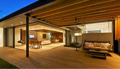 Skab Riviera-stemning med en overdækket terrasse, der holder regn og dug væk - og som holder på varmen på kølige aftener. Det er også et kæmpe plus bare at kunne lade havemøbler og grill stå ude stort set hele året rundt.