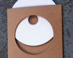 10 Paquets de CD double disque.    Fait dépaisses (18pt.) brun 100 % Post consommation Waste(PCW) recyclé aggloméré.    Idéal pour personnaliser votre propre CD pour votre bande, parti/mariage faveurs ou des données commerciales et de promotion.    Vous pouvez utiliser des tampons, pochoirs, sérigraphie, presse de la lettre, ou juste la main tirage au sort pour les décorer.