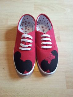 Minnie and mickey mouse Hand Painted Shoes by GlimmerandShimmer, (for when we eventually take Stella to Disney! Disney Diy, Disney Crafts, Disney Pixar, Mickey Shoes, Hand Painted Shoes, Painted Sneakers, Light Up Shoes, Shoe Art, Mickey Minnie Mouse