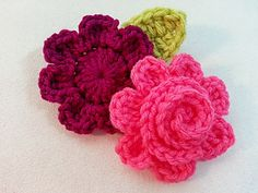 Large Petal Curlicue Daisy - free crochet pattern by Kerri Sanders. ༺✿ƬⱤღ  https://www.pinterest.com/teretegui/✿༻