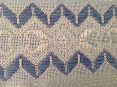 Toalha para lavabo ,cor azul , Karsten Melina, de ótima qualidade; bordada a mão, com fio de algodão egípcio, pérolas ABS e acabamento com renda guipir importada. Acompanha embalagem de tule com renda, gratuita, na cor da toalha. Hardanger Embroidery, Hand Embroidery Stitches, Ribbon Embroidery, Bargello Needlepoint, Border Pattern, Needle Lace, Ravelry, Needlework, Diy And Crafts